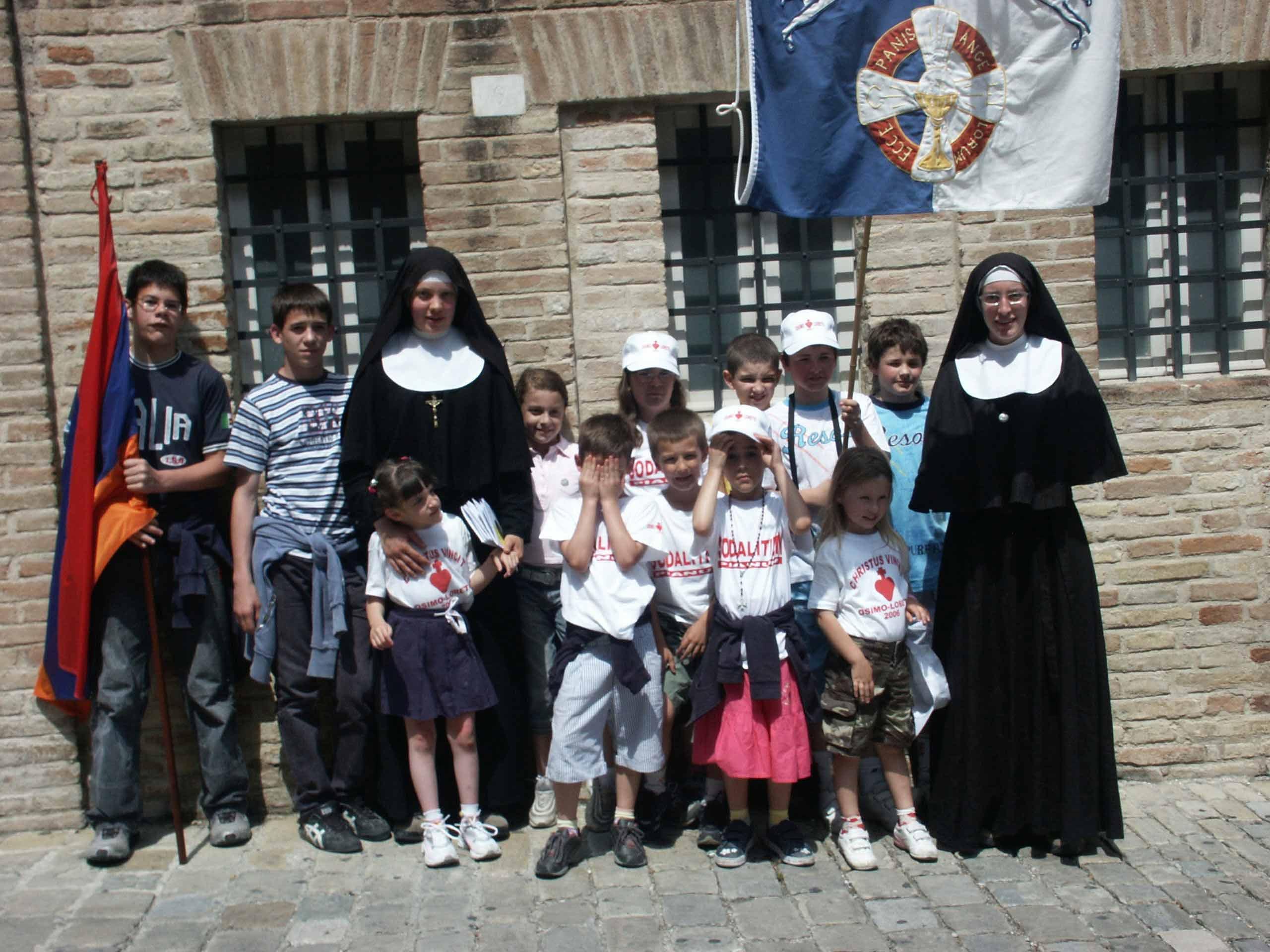 Photo des Soeurs de l'IMBC avec les enfants