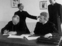 Mgr Lefebvre signe l'accord