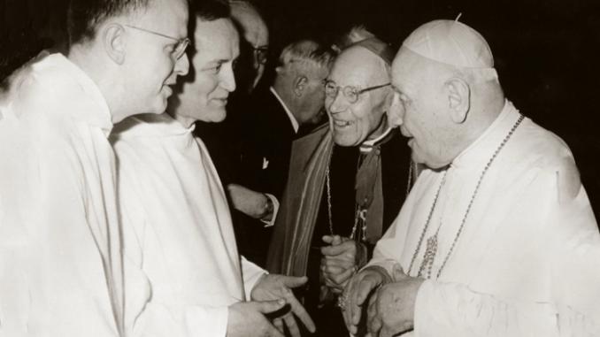 Max Thurian et le Prieur de Taizé Roger Schutz s'entretiennent avec Jean XXIII et le Cardinal Bea, durant les travaux de la première session du Concile. 1962