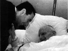 Mgr Guérard à l'hôpital avec l'abbé Murro